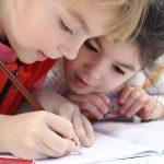 deux petites filles dessinent