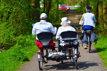 Deux personnes sur un tricycle