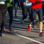 Plusieurs hommes qui courent un marathon