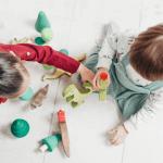 Deux enfants qui jouent ensemble
