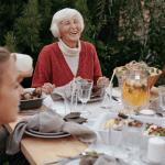 Personne agé qui sourit à un repas de famille